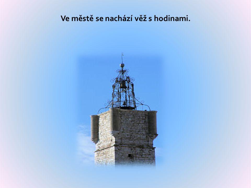 Ve městě se nachází věž s hodinami.