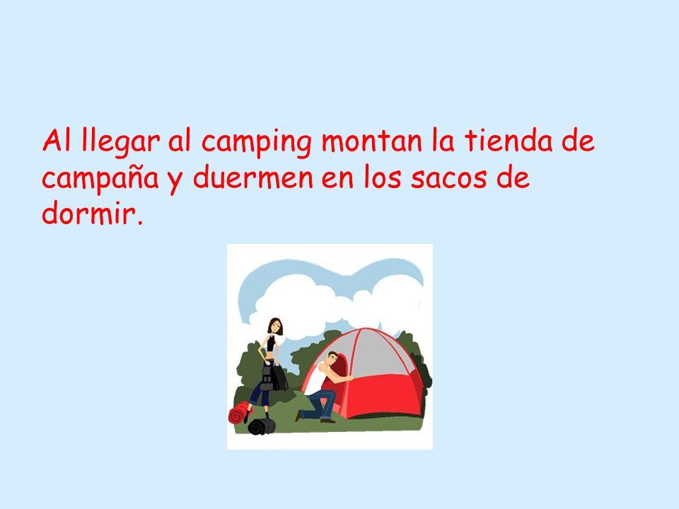 Al llegar al camping montan la tienda de campaña y duermen en los sacos de dormir.