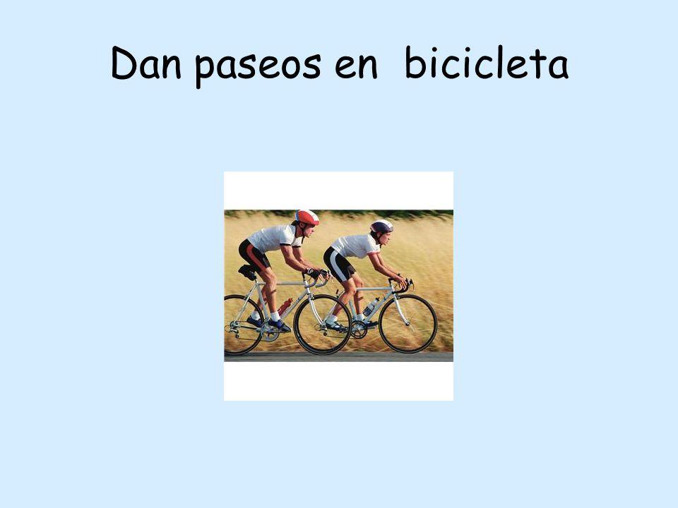 Dan paseos en bicicleta