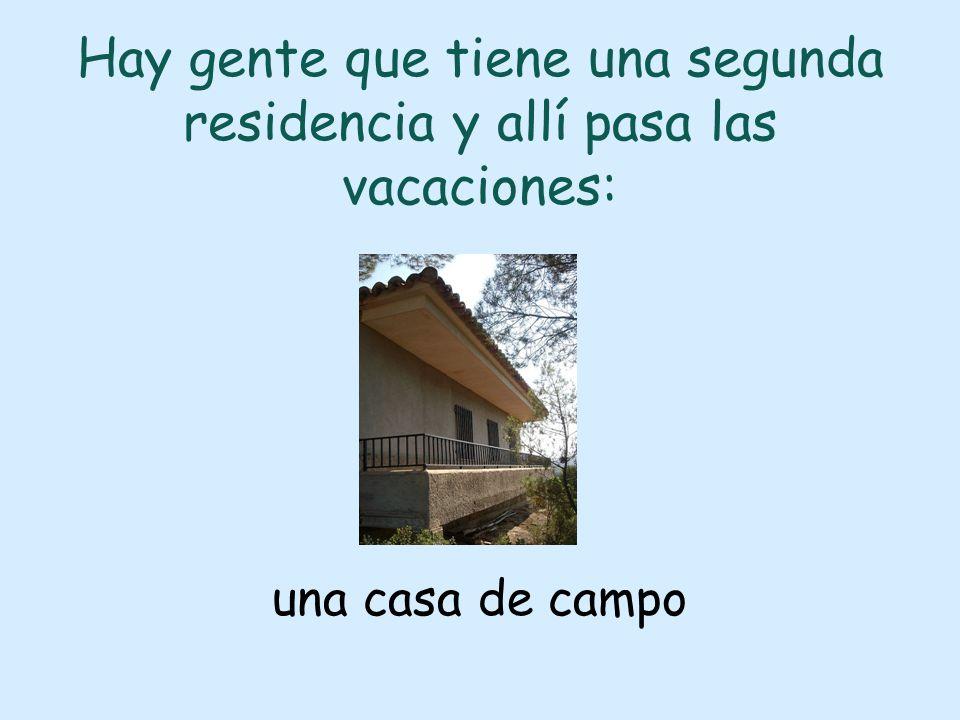 Hay gente que tiene una segunda residencia y allí pasa las vacaciones: una casa de campo
