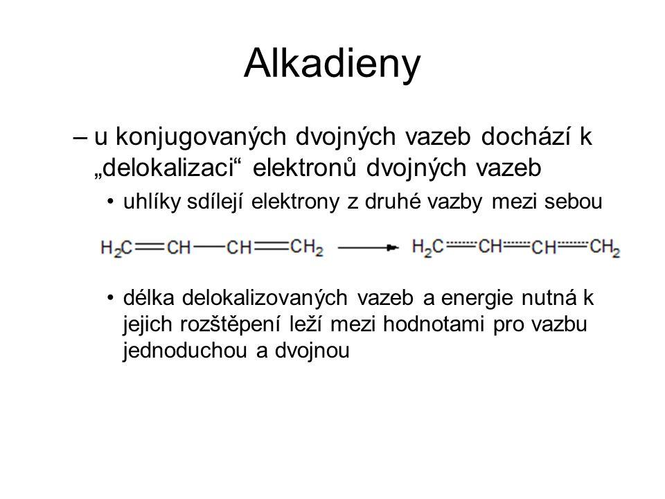 """Alkadieny –u konjugovaných dvojných vazeb dochází k """"delokalizaci elektronů dvojných vazeb uhlíky sdílejí elektrony z druhé vazby mezi sebou délka delokalizovaných vazeb a energie nutná k jejich rozštěpení leží mezi hodnotami pro vazbu jednoduchou a dvojnou"""