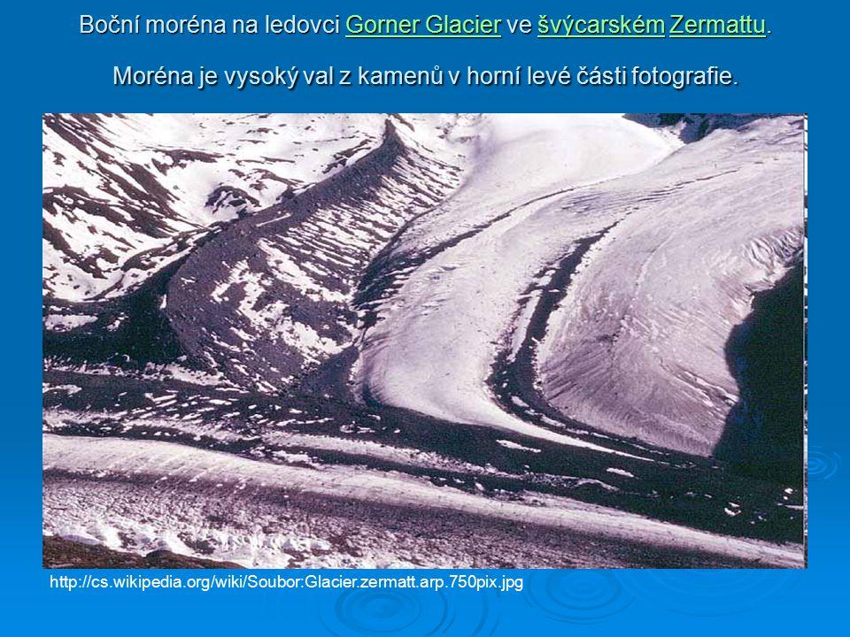 Boční moréna na ledovci Gorner Glacier ve švýcarském Zermattu. Moréna je vysoký val z kamenů v horní levé části fotografie. Gorner GlacieršvýcarskémZe