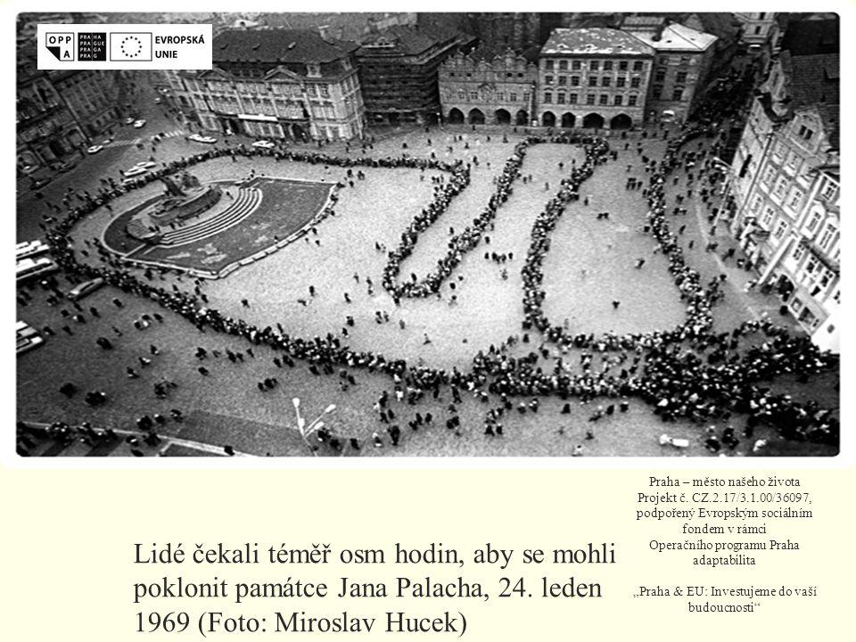 Lidé čekali téměř osm hodin, aby se mohli poklonit památce Jana Palacha, 24.
