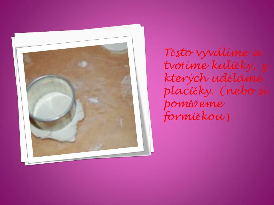 A pak zamícháme. Vykynuté těsto přidáme k mouce a přidáme kousky změklého másla.