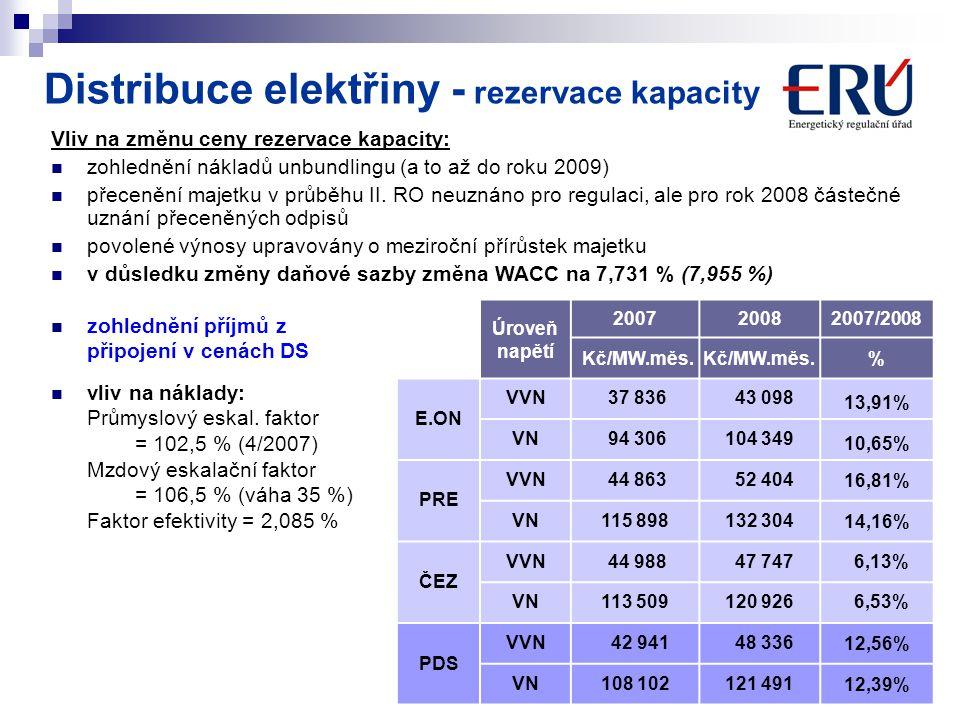 7 Vliv na cenu – zvýšení průměrné ceny silové elektřiny na ztráty Provedeno ocenění diagramů REAS produkty burzy PXE a EEX, zohledněn skutečný nákup elektřiny na ztráty Stejná cena je uvažována pro pokrytí diagramu MOO Nárůst ceny silové elektřiny jako vážený průměr 3 obchodníků o 16,8% (včetně ceny odchylky) Nárůst ceny (kumulativní známky) za použití sítí v průměru VVN 26 % VN 20 % Distribuce elektřiny - použití sítí
