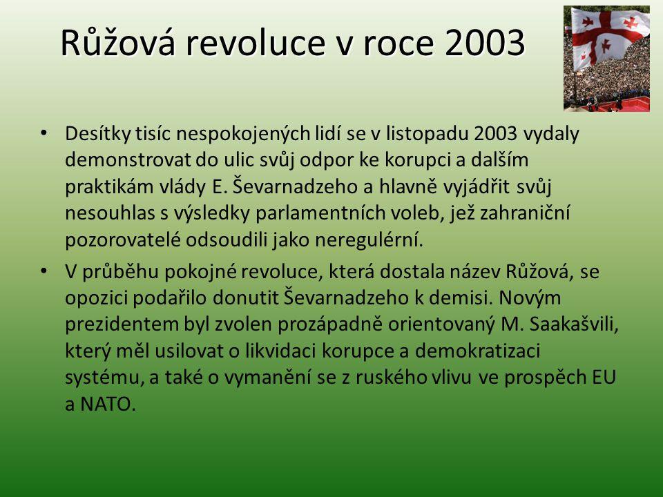 Růžová revoluce v roce 2003 Desítky tisíc nespokojených lidí se v listopadu 2003 vydaly demonstrovat do ulic svůj odpor ke korupci a dalším praktikám
