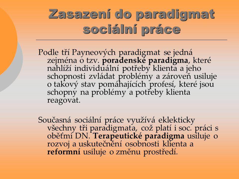 Zasazení do paradigmat sociální práce Podle tří Payneových paradigmat se jedná zejména o tzv. poradenské paradigma, které nahlíží individuální potřeby