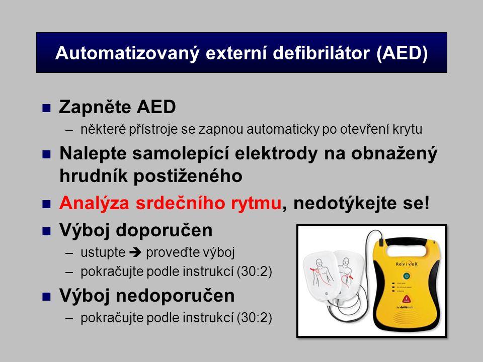 Automatizovaný externí defibrilátor (AED) n Zapněte AED –některé přístroje se zapnou automaticky po otevření krytu n Nalepte samolepící elektrody na o