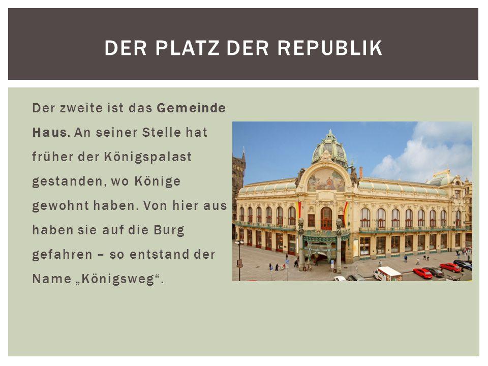 Der zweite ist das Gemeinde Haus. An seiner Stelle hat früher der Königspalast gestanden, wo Könige gewohnt haben. Von hier aus haben sie auf die Burg