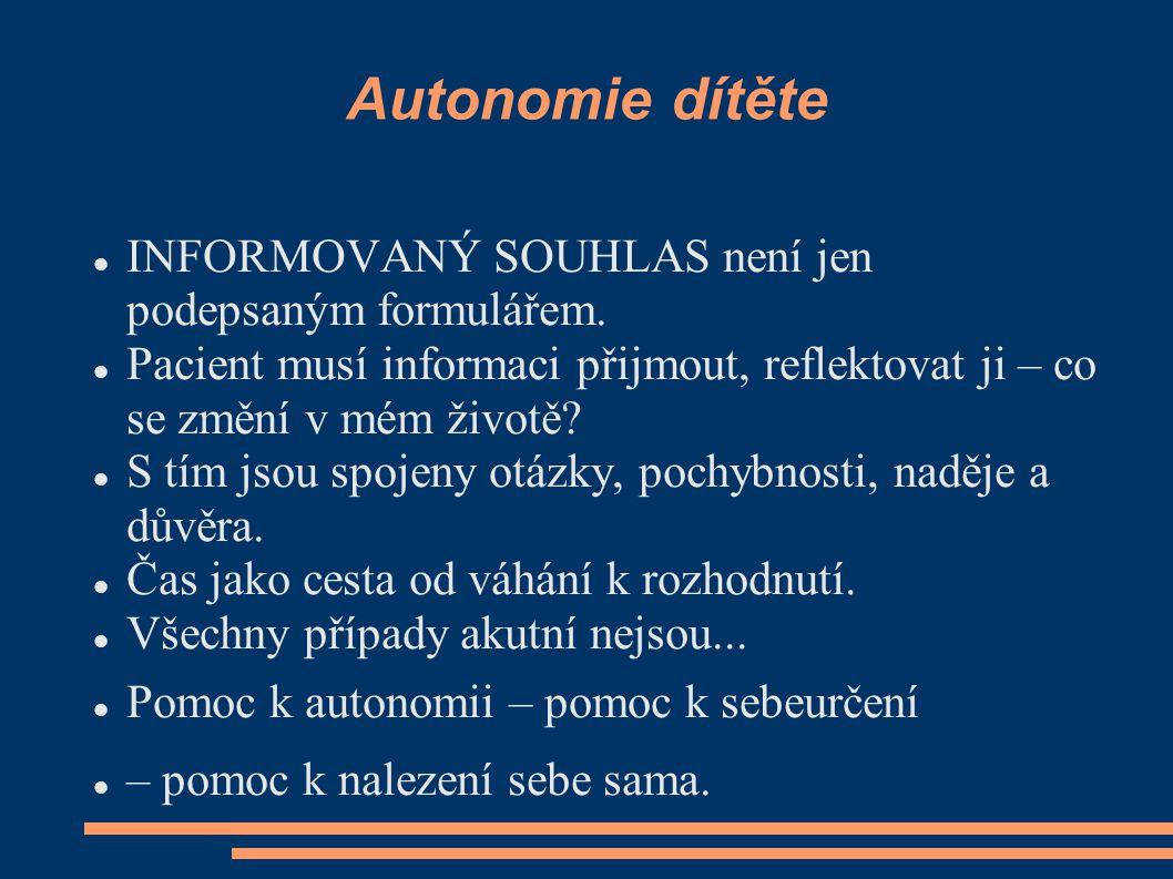 Autonomie dítěte INFORMOVANÝ SOUHLAS není jen podepsaným formulářem. Pacient musí informaci přijmout, reflektovat ji – co se změní v mém životě? S tím