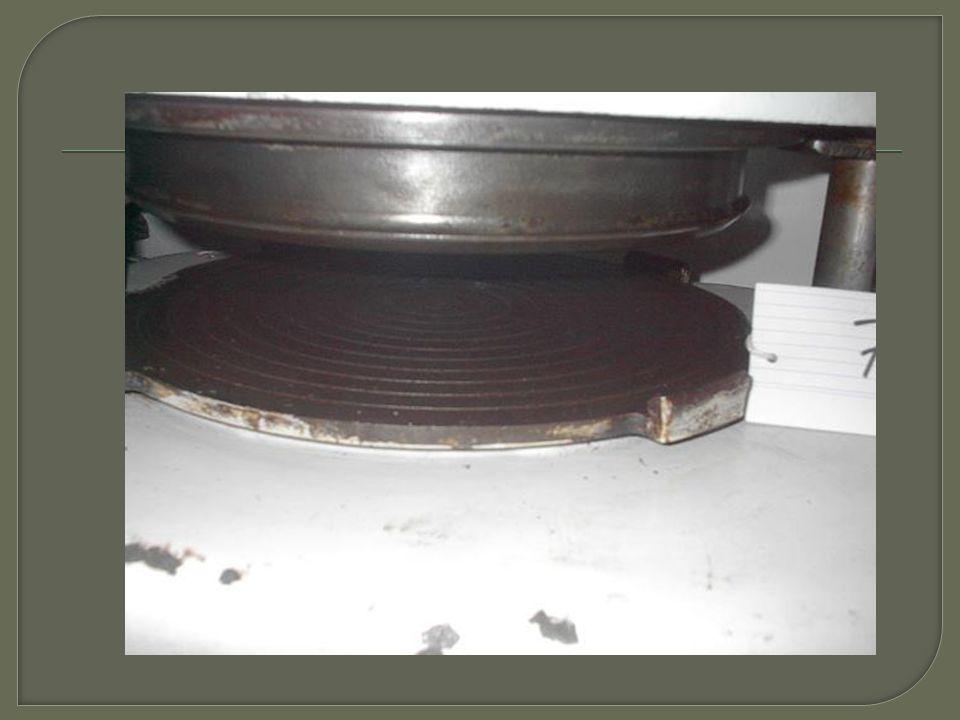 """ Tento stroj se používá pro zpracování tužších hmot a těst  Řezací stroje označované """"strunovka pracují na principu: - Hmota ze zásobníku se protlačuje párem rýhovaných válců přes vytlačovací desku s matricí - Tvary otvorů výměnné matrice určují tvary výrobků - Po vytlačení požadovaného objemu se těsto odřezává ocelovou strunovkou"""