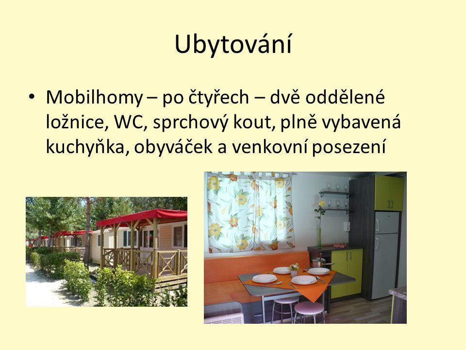Ubytování Mobilhomy – po čtyřech – dvě oddělené ložnice, WC, sprchový kout, plně vybavená kuchyňka, obyváček a venkovní posezení
