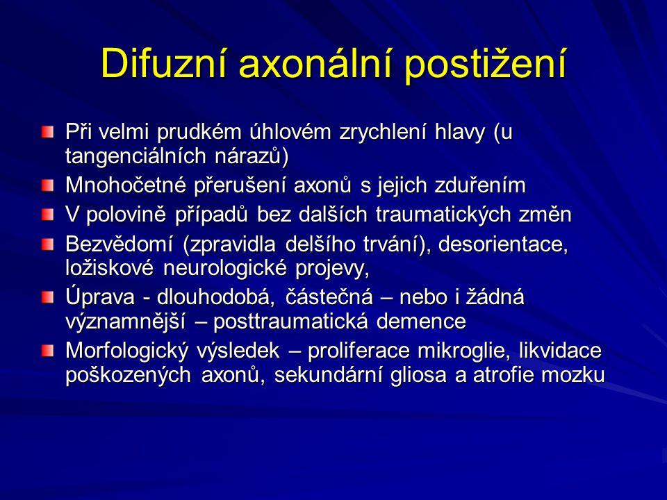 Difuzní axonální postižení Při velmi prudkém úhlovém zrychlení hlavy (u tangenciálních nárazů) Mnohočetné přerušení axonů s jejich zduřením V polovině případů bez dalších traumatických změn Bezvědomí (zpravidla delšího trvání), desorientace, ložiskové neurologické projevy, Úprava - dlouhodobá, částečná – nebo i žádná významnější – posttraumatická demence Morfologický výsledek – proliferace mikroglie, likvidace poškozených axonů, sekundární gliosa a atrofie mozku