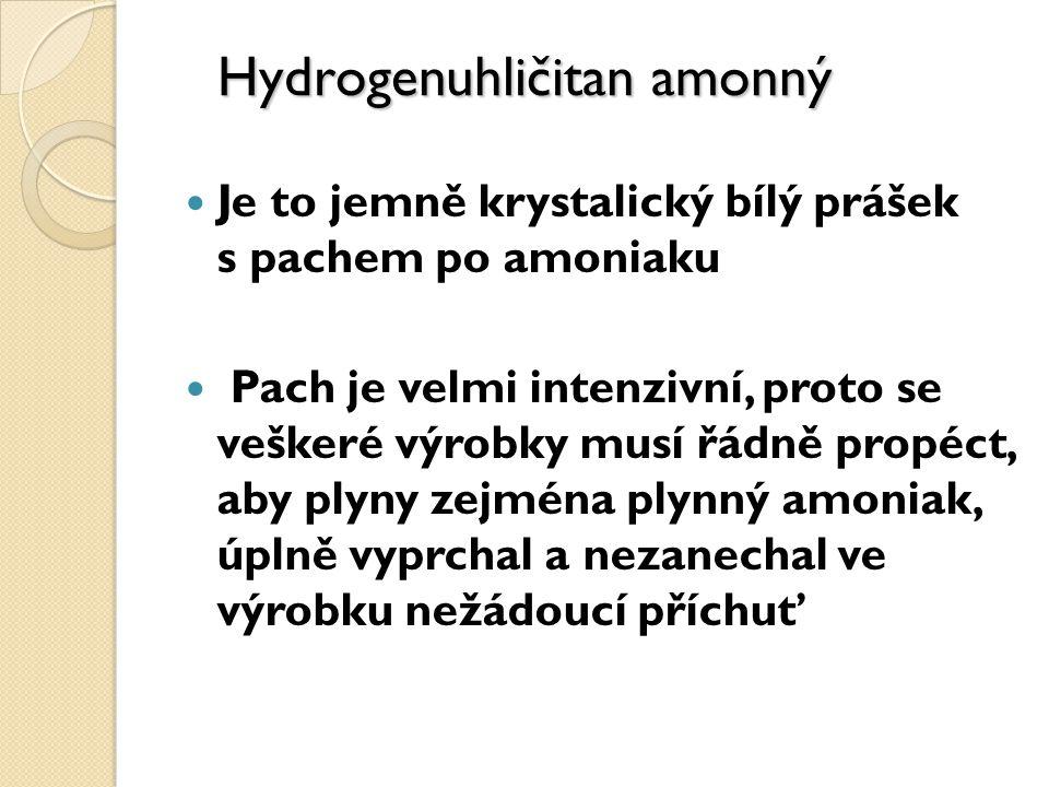 Je to jemně krystalický bílý prášek s pachem po amoniaku Pach je velmi intenzivní, proto se veškeré výrobky musí řádně propéct, aby plyny zejména plynný amoniak, úplně vyprchal a nezanechal ve výrobku nežádoucí příchuť Hydrogenuhličitan amonný