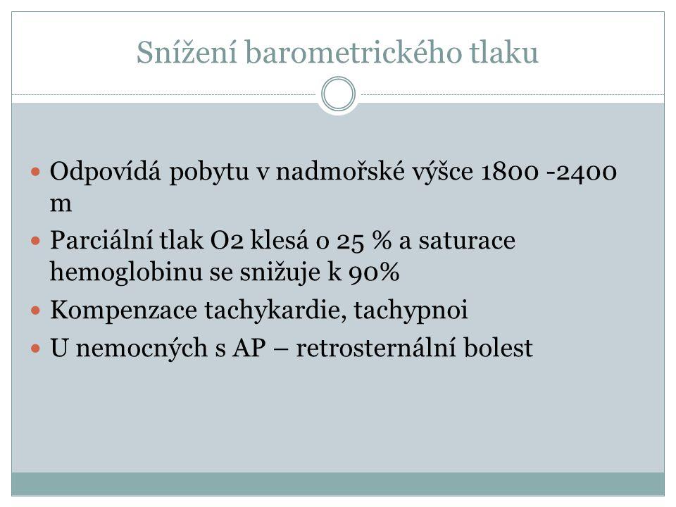 Snížení barometrického tlaku Odpovídá pobytu v nadmořské výšce 1800 -2400 m Parciální tlak O2 klesá o 25 % a saturace hemoglobinu se snižuje k 90% Kom