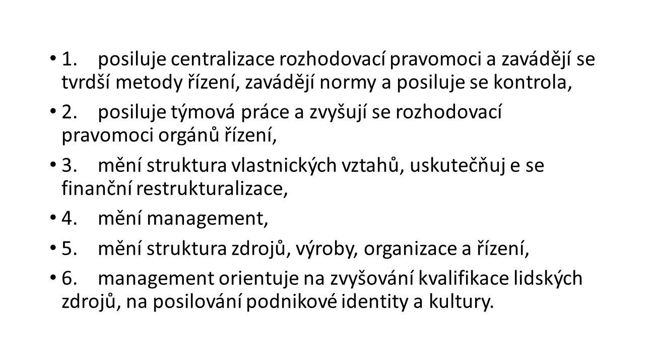 1.posiluje centralizace rozhodovací pravomoci a zavádějí se tvrdší metody řízení, zavádějí normy a posiluje se kontrola, 2.posiluje týmová práce a zvy