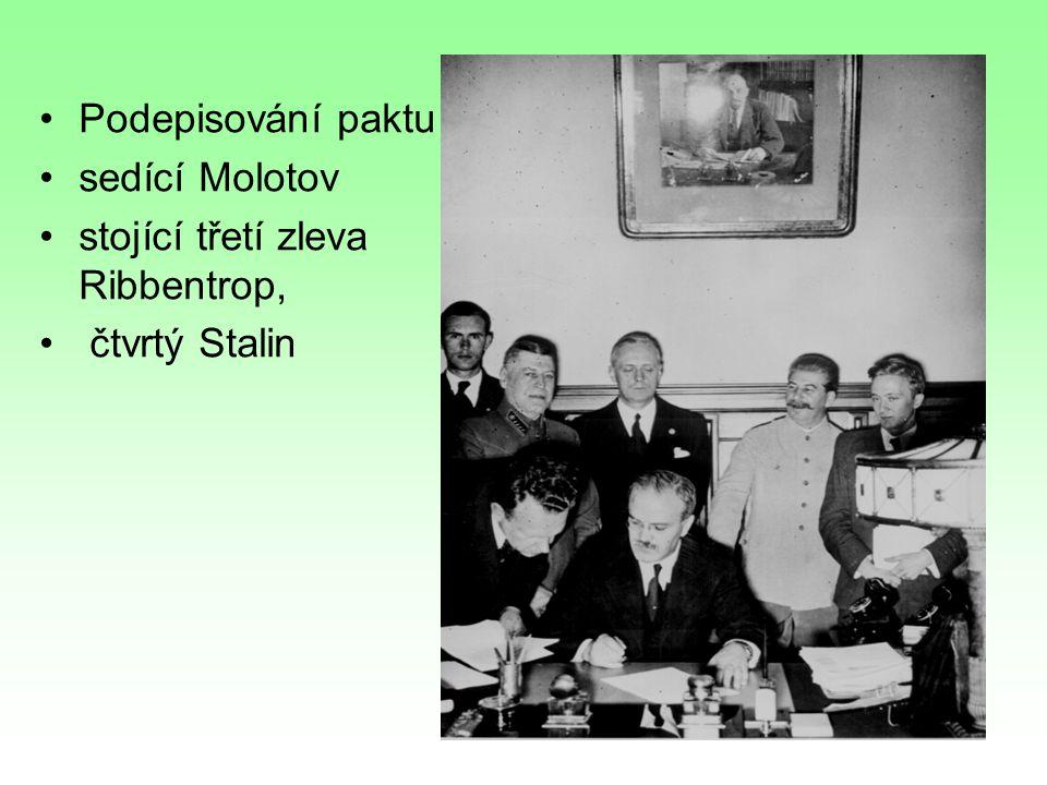 Podepisování paktu sedící Molotov stojící třetí zleva Ribbentrop, čtvrtý Stalin