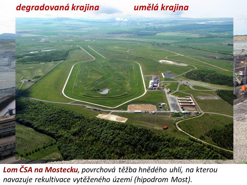 degradovaná krajina Lom ČSA na Mostecku, povrchová těžba hnědého uhlí, na kterou navazuje rekultivace vytěženého území (hipodrom Most). umělá krajina