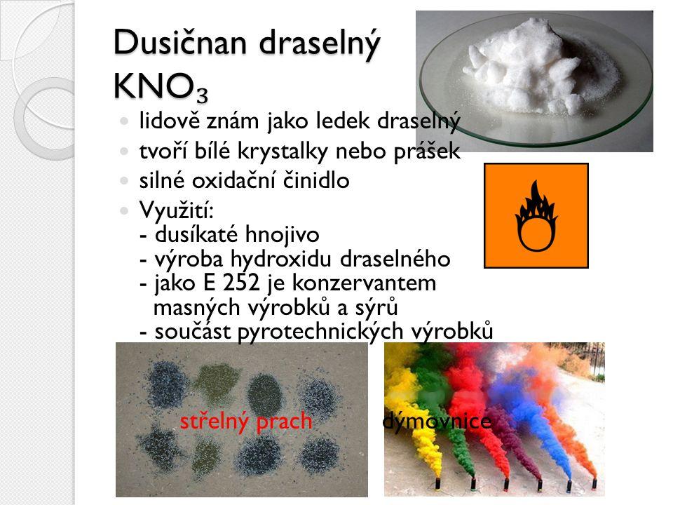 Dusičnan stříbrný AgNO ₃ stříbrná krystalická sůl má korozní schopnosti na oblečení či kůži zanechává těžko odstranitelné skvrny Využití: - přísada fotografických filmů - výroba některých třaskavin - k pokovování v elektrotechnice - v lékařství (antiseptické účinky, chemické odstraňování bradavic)