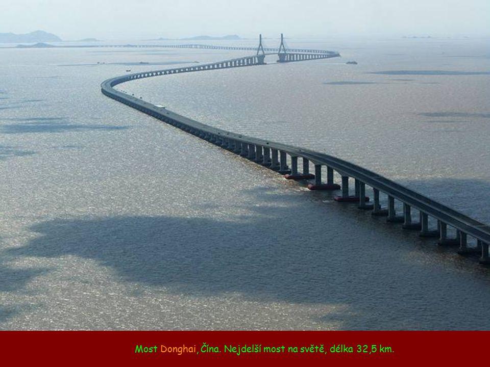 """Most """"obraceč"""" mezi Čínou a Hong Kongem, jelikož v Hong Kongu se jezdí vlevo."""