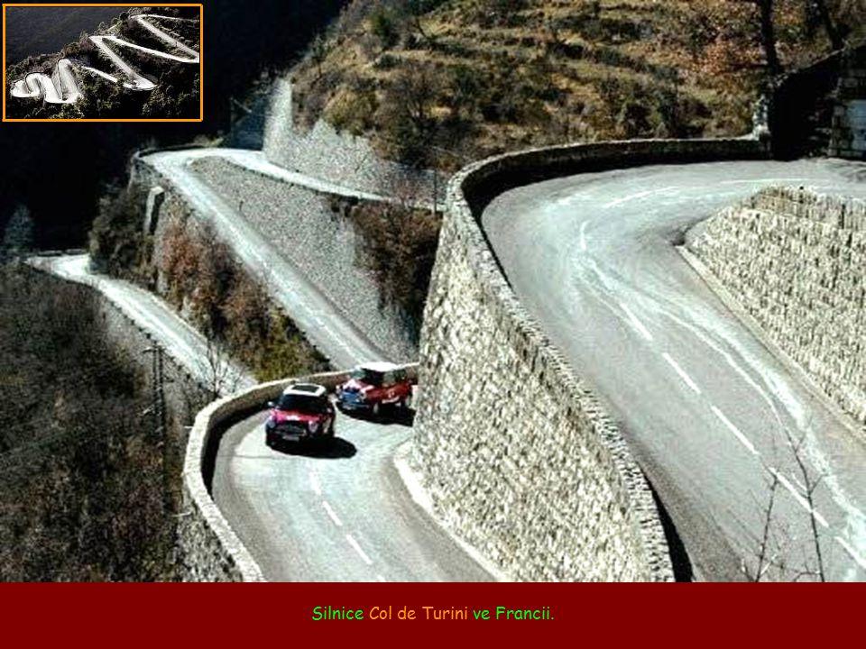 Silnice Stelvio Pass v italských Alpách.
