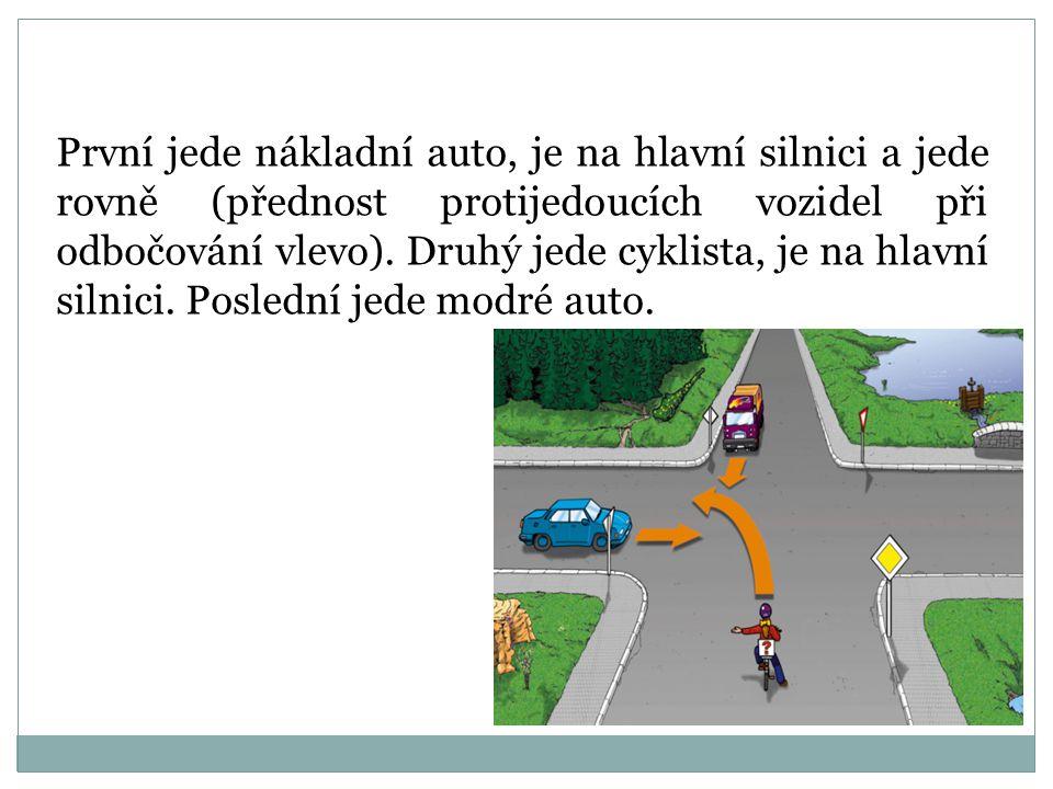 První jede současně modré nákladní auto a žluté auto, jsou na hlavní silnici. Poslední jede cyklista.