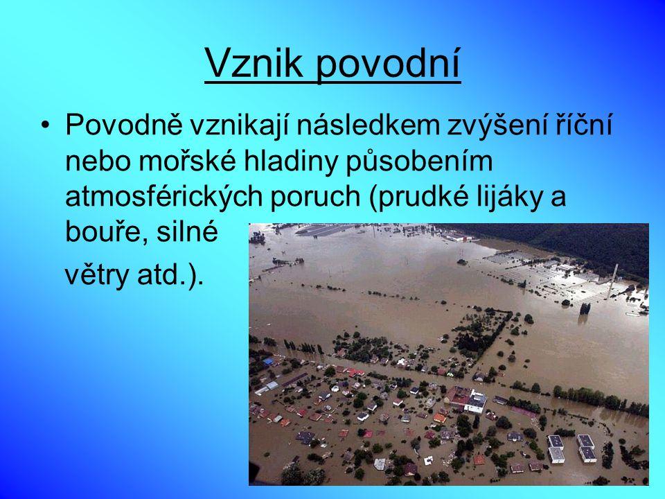 Vznik povodní Povodně vznikají následkem zvýšení říční nebo mořské hladiny působením atmosférických poruch (prudké lijáky a bouře, silné větry atd.).