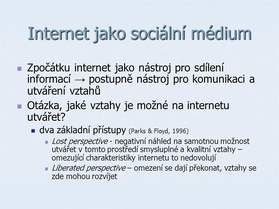 Internet jako sociální médium Zpočátku internet jako nástroj pro sdílení informací → postupně nástroj pro komunikaci a utváření vztahů Zpočátku internet jako nástroj pro sdílení informací → postupně nástroj pro komunikaci a utváření vztahů Otázka, jaké vztahy je možné na internetu utvářet.