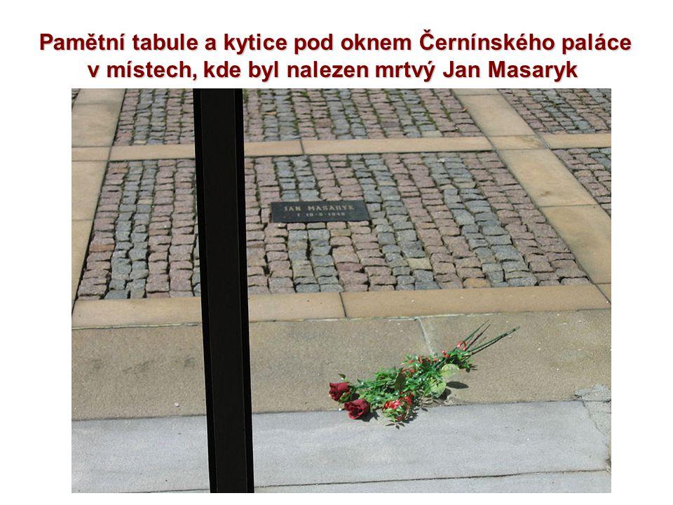 Pamětní tabule a kytice pod oknem Černínského paláce v místech, kde byl nalezen mrtvý Jan Masaryk