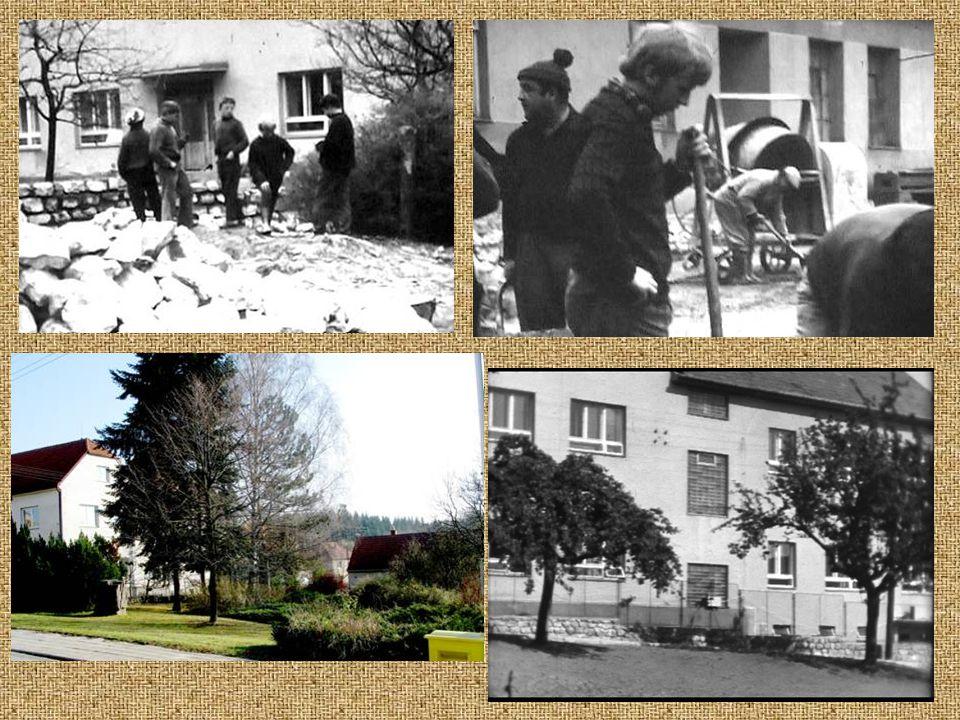 Brigádníci při opravě a rozšíření školy