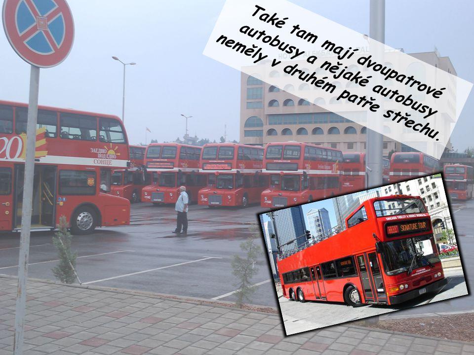 Také tam mají dvoupatrové autobusy a nějaké autobusy neměly v druhém patře střechu.