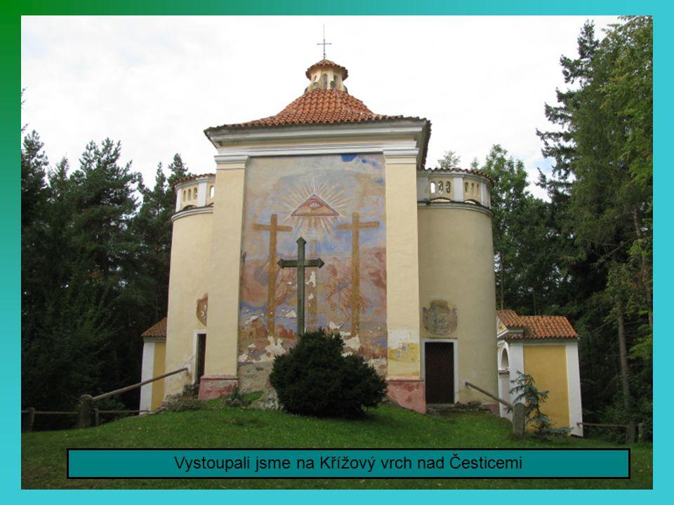 Druhá zastávka byla v obci Čestice.Podívali jsme se na okolí zámku.