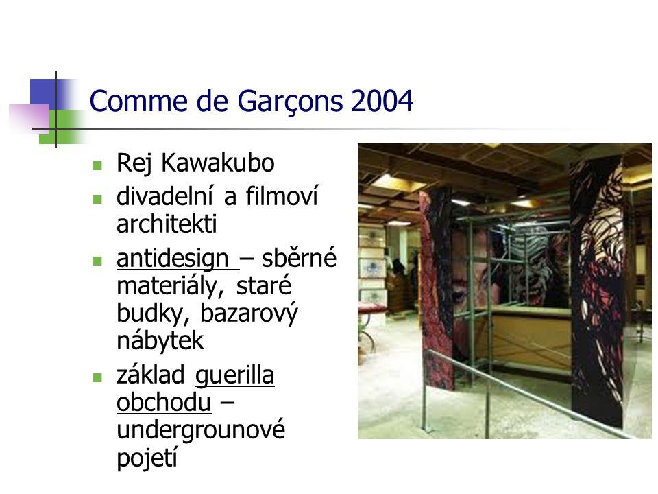Comme de Garçons 2004 Rej Kawakubo divadelní a filmoví architekti antidesign – sběrné materiály, staré budky, bazarový nábytek základ guerilla obchodu – undergrounové pojetí