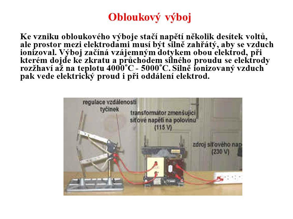 Obloukový výboj Ke vzniku obloukového výboje stačí napětí několik desítek voltů, ale prostor mezi elektrodami musí být silně zahřátý, aby se vzduch io