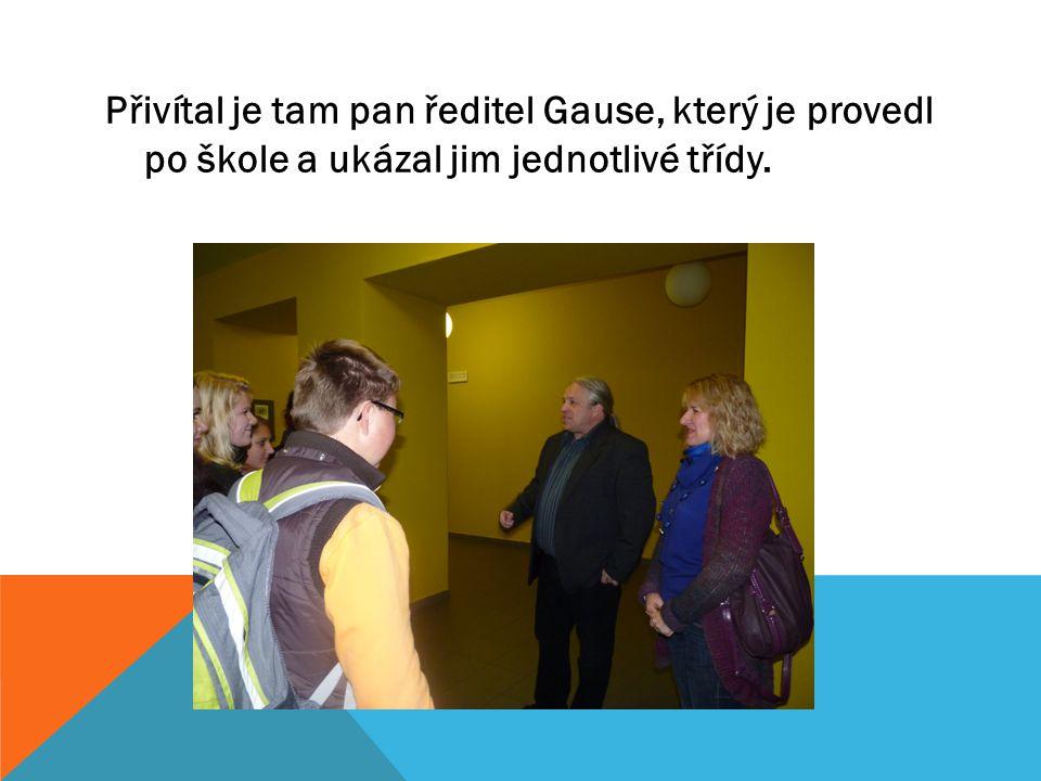 Přivítal je tam pan ředitel Gause, který je provedl po škole a ukázal jim jednotlivé třídy.