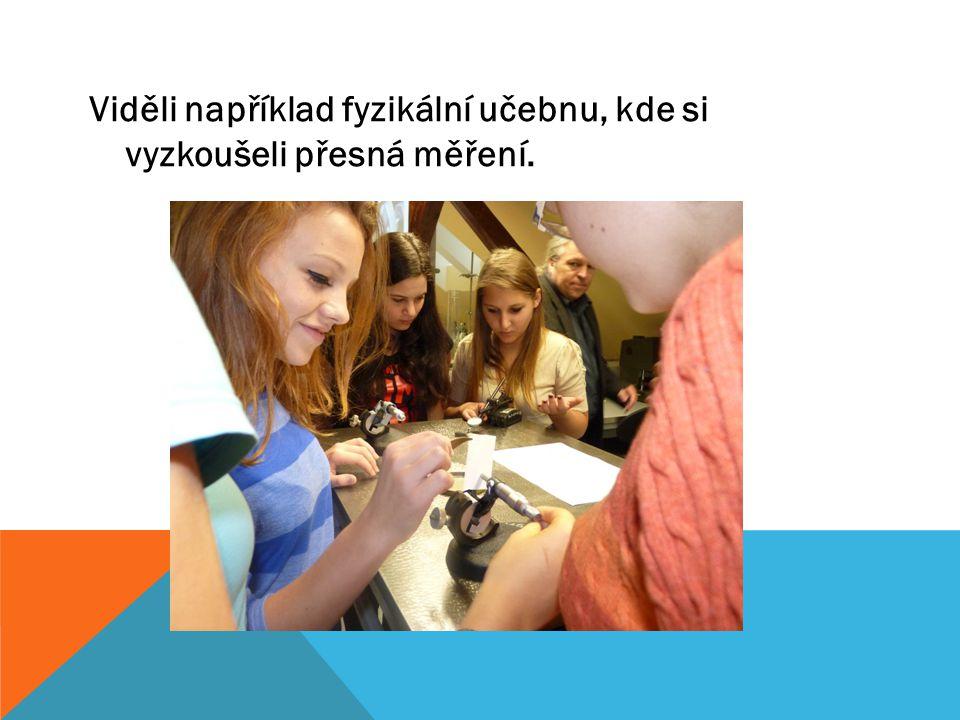 Viděli například fyzikální učebnu, kde si vyzkoušeli přesná měření.