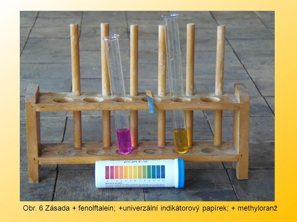 Obr. 6 Zásada + fenolftalein; +univerzální indikátorový papírek; + methyloranž