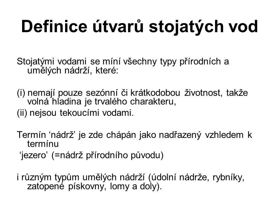 Definice útvarů stojatých vod Stojatými vodami se míní všechny typy přírodních a umělých nádrží, které: (i) nemají pouze sezónní či krátkodobou životn