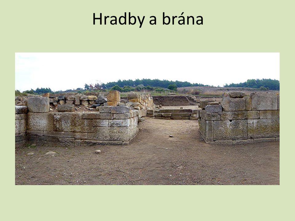 Hradby a brána