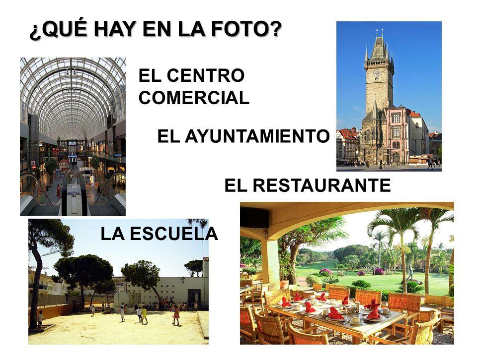 ¿QUÉ HAY EN LA FOTO EL CENTRO COMERCIAL EL RESTAURANTE LA ESCUELA EL AYUNTAMIENTO