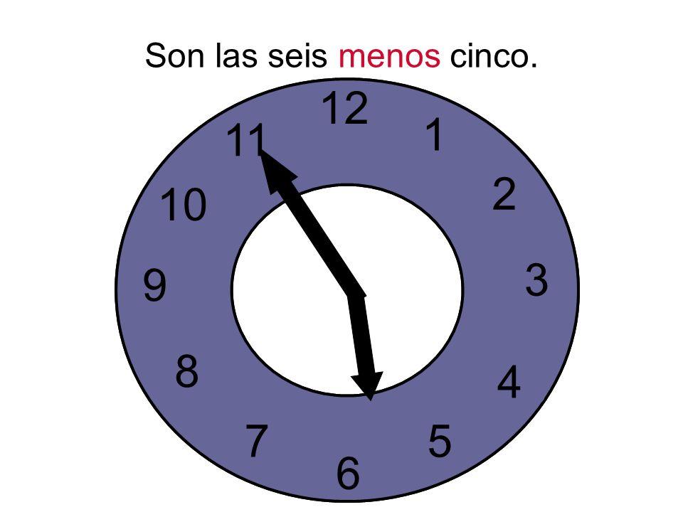 Son las seis menos cinco.
