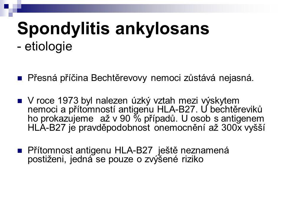 Spondylitis ankylosans - etiologie Přesná příčina Bechtěrevovy nemoci zůstává nejasná. V roce 1973 byl nalezen úzký vztah mezi výskytem nemoci a příto