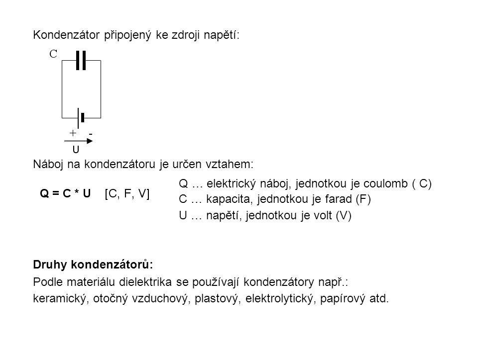 Kondenzátor připojený ke zdroji napětí: Náboj na kondenzátoru je určen vztahem: Q … elektrický náboj, jednotkou je coulomb ( C) C … kapacita, jednotko