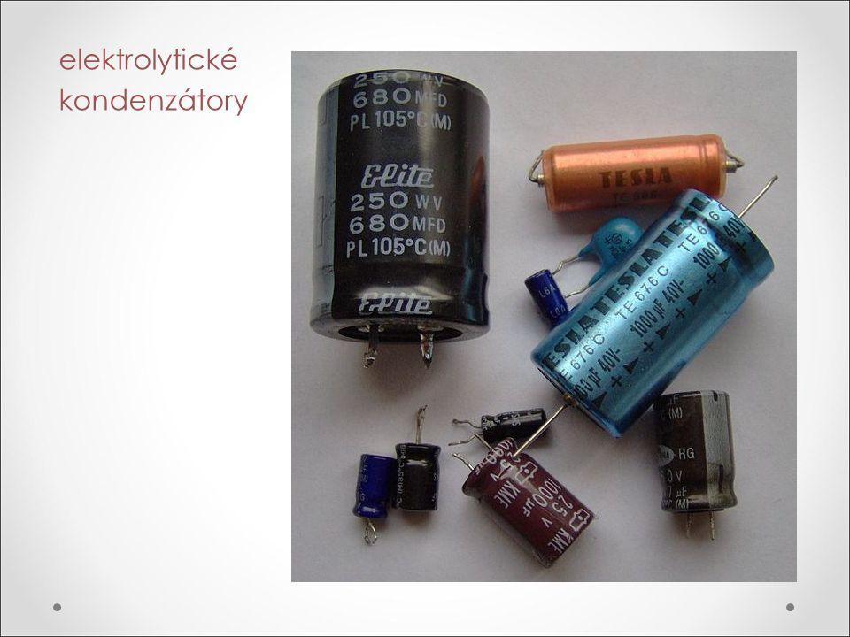 Funkce kondenzátoru v elektrickém obvodu Nabíjení kondenzátoru V obvodu se zdrojem stejnosměrného napětí (baterie) na deskách kondenzátoru vzniká náboj - kondenzátor se nabíjí.