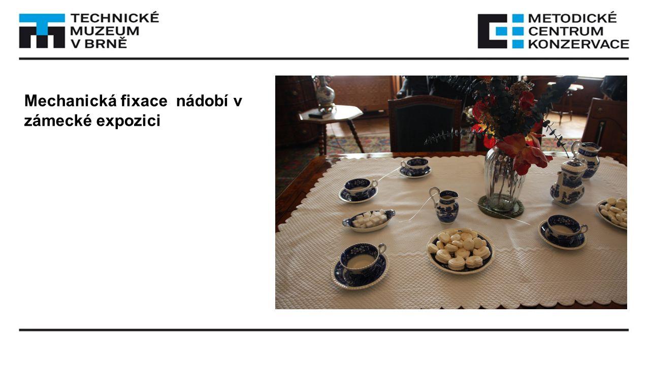 Mechanická fixace nádobí v zámecké expozici