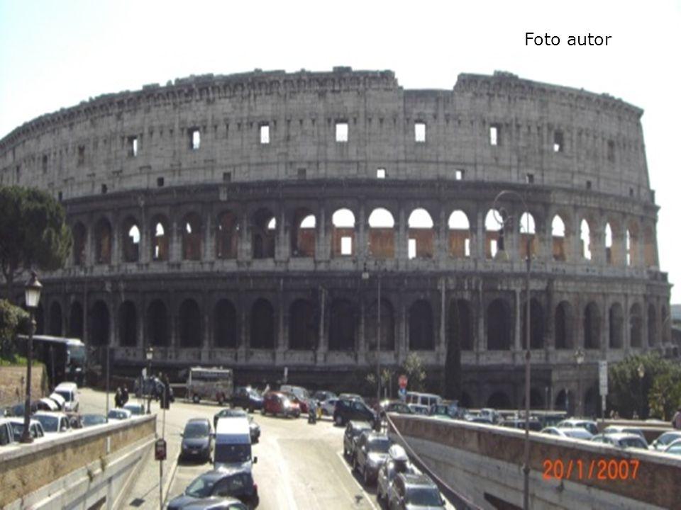 Fontána di Trevi  Z roku 1732  Architekt Niccola Salvi  Legenda o vhozené minci  Vytesána do zadní části paláce http://www.turistika.cz/mista/fontana-di-trevi-