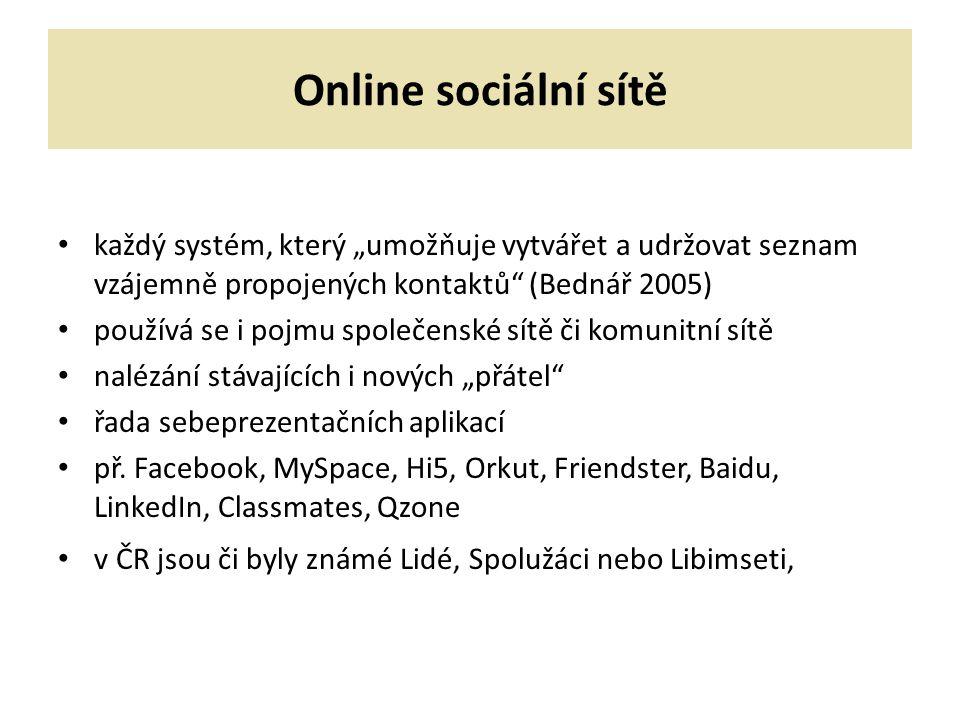 """Online sociální sítě každý systém, který """"umožňuje vytvářet a udržovat seznam vzájemně propojených kontaktů (Bednář 2005) používá se i pojmu společenské sítě či komunitní sítě nalézání stávajících i nových """"přátel řada sebeprezentačních aplikací př."""