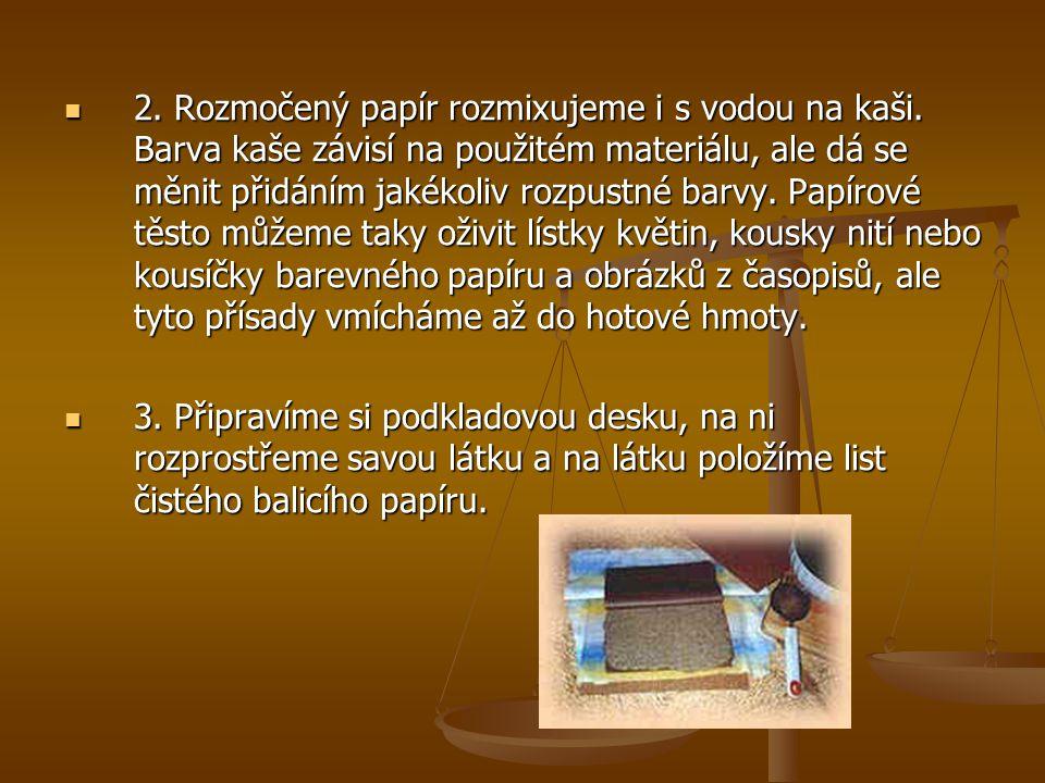 2. Rozmočený papír rozmixujeme i s vodou na kaši. Barva kaše závisí na použitém materiálu, ale dá se měnit přidáním jakékoliv rozpustné barvy. Papírov