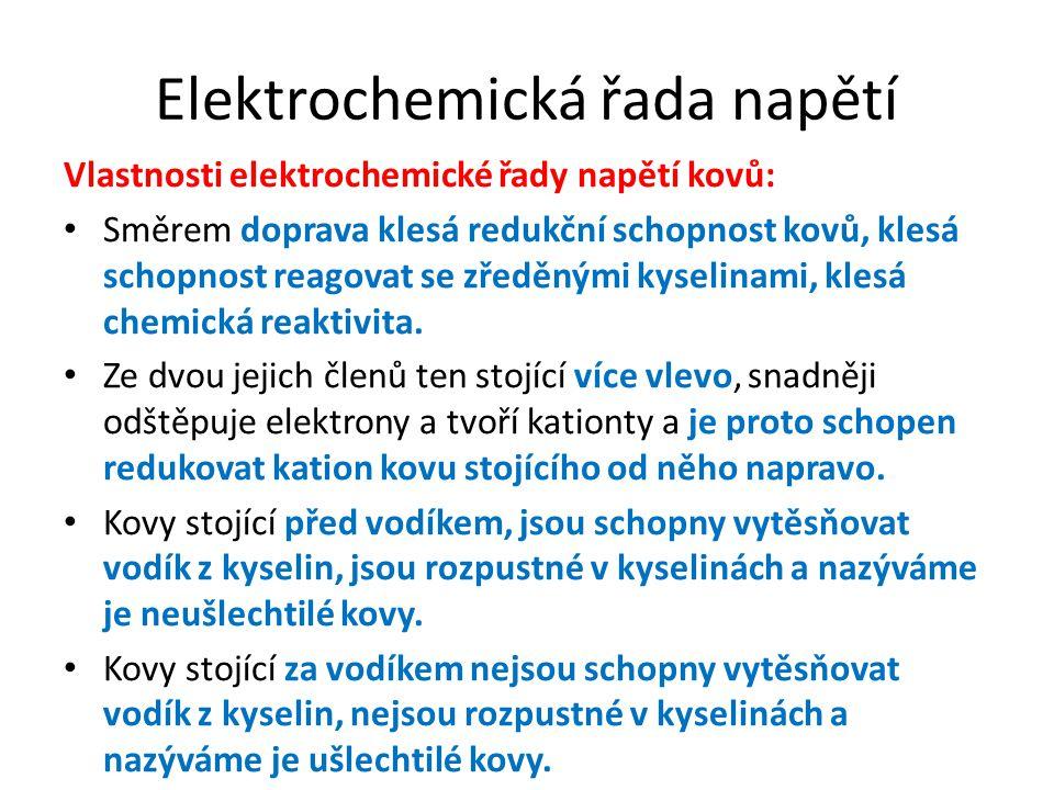 Elektrochemická řada napětí Vlastnosti elektrochemické řady napětí kovů: Směrem doprava klesá redukční schopnost kovů, klesá schopnost reagovat se zře