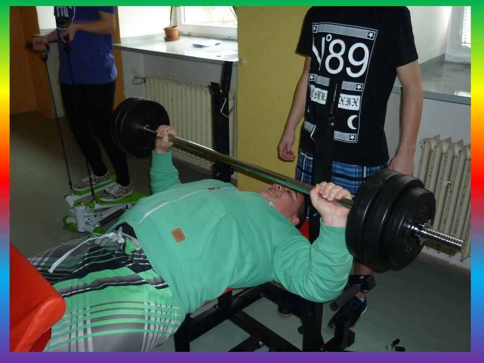 Posilovací lavice Pro intenzivní domácí trénink. Cvičení prsou, nohou, a zad